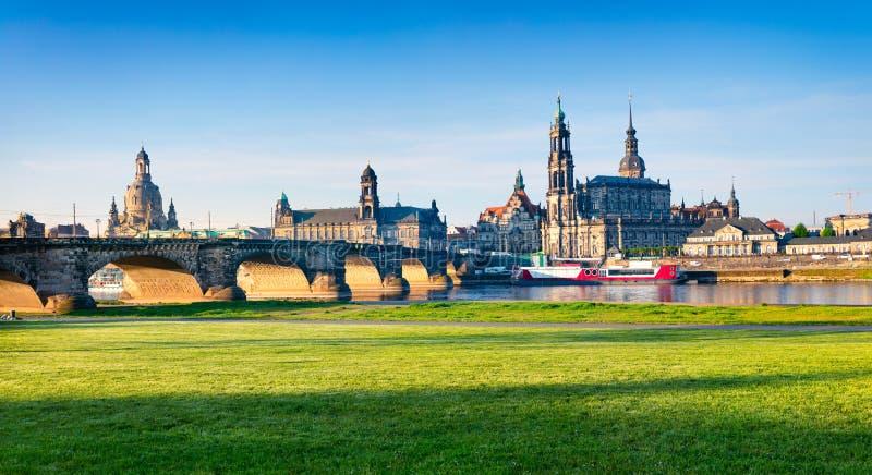 Красочная сцена весны на Эльбе в Дрездене, Саксонии, Германии, Европе стоковые фотографии rf