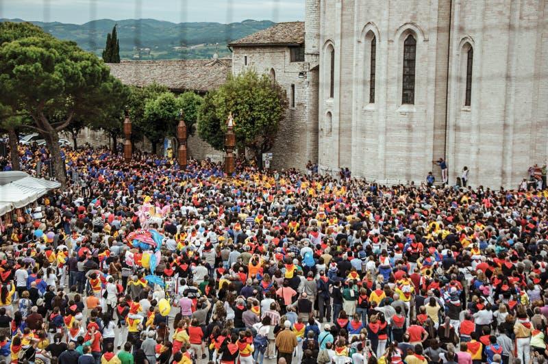 Красочная толпа участвуя в пиршестве ` Ceri, традиционном событии ` в Gubbio стоковая фотография rf