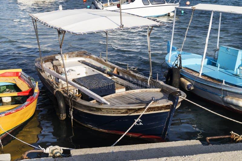 Красочная традиционная деревянная рыбацкая лодка стоковое фото