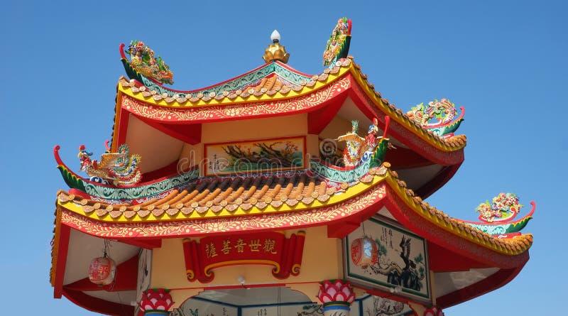 Красочная традиционная крыша на китайской святыне стоковое фото