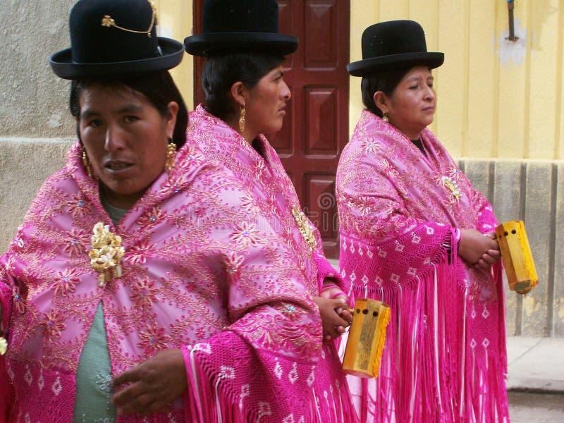 Красочная традиционная одежда и славные шляпы стоковое изображение rf