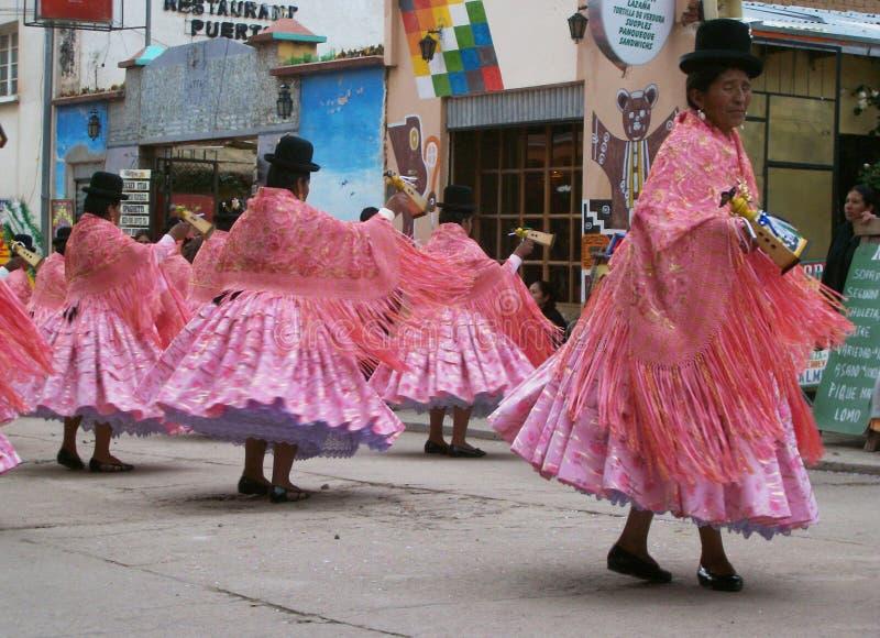 Красочная традиционная одежда и славные шляпы стоковая фотография