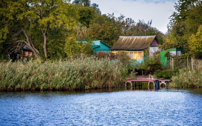 Красочная украинская хата рыбной ловли вдоль реки стоковое фото rf