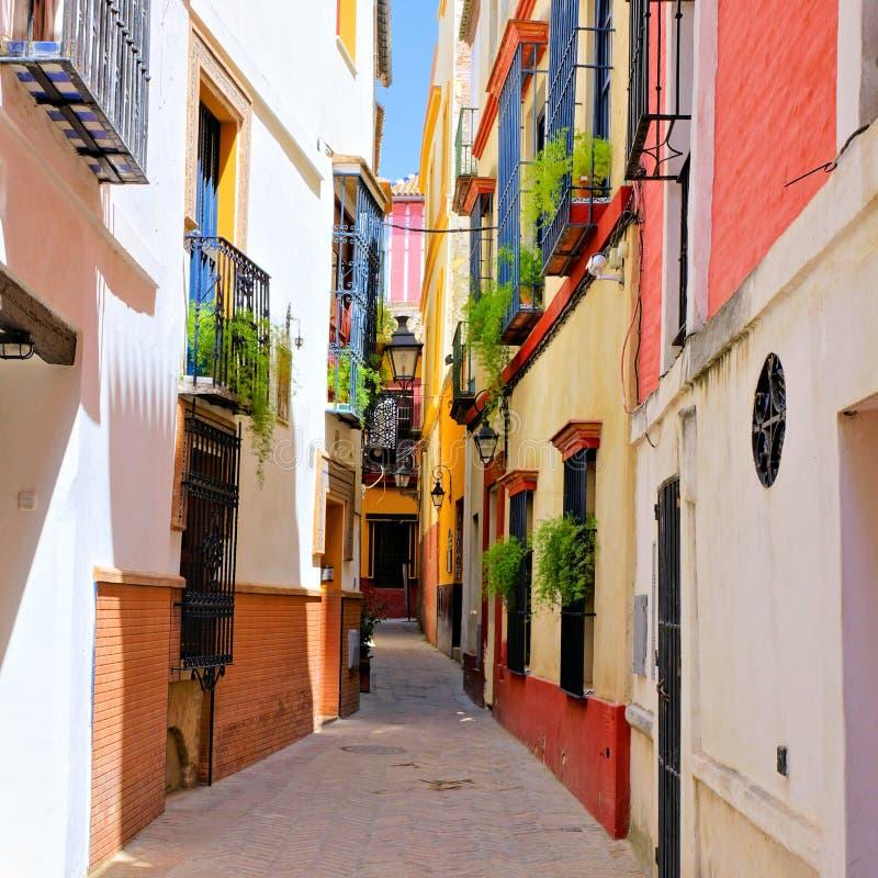 Красочная улица в старом городке Севильи, Испании стоковое изображение