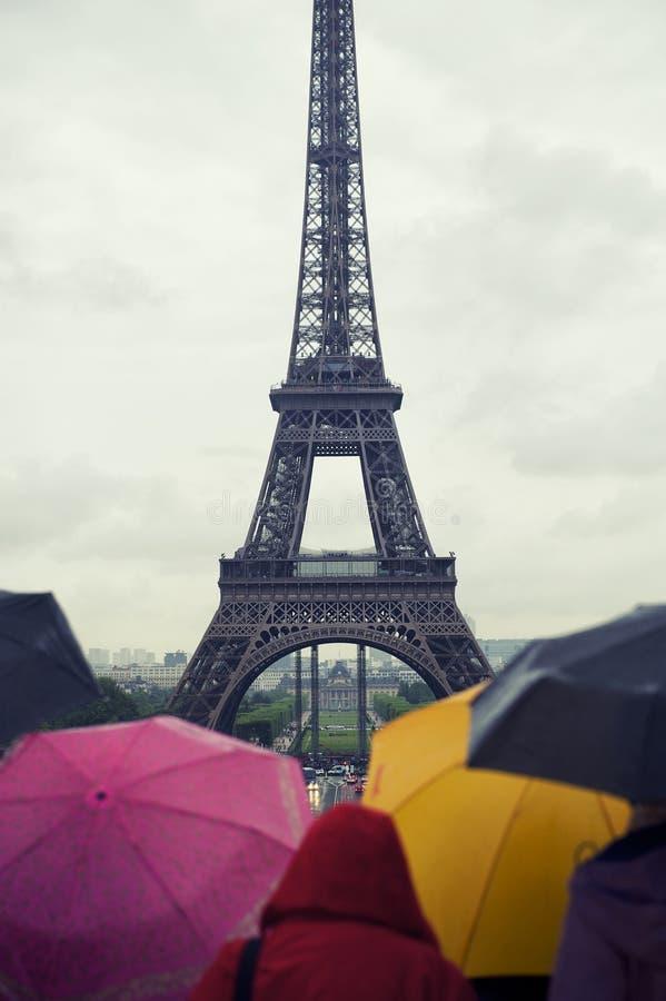 Красочная Эйфелева башня Париж дождливого дня зонтиков стоковая фотография rf
