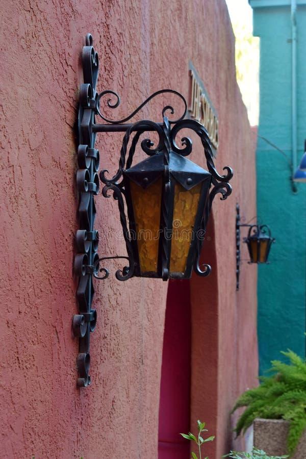 Красочная юго-западная стена с светильниками стоковое фото