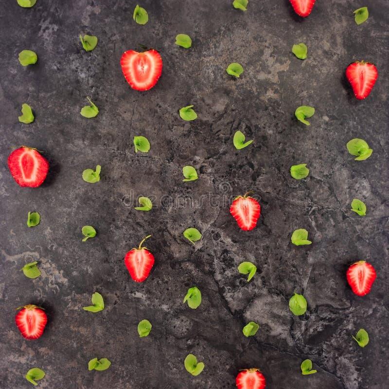 Красочная яркая картина клубник и листьев Плоское положение стоковые изображения rf