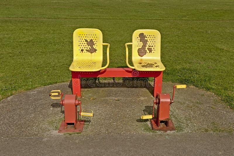 Красочное винтажное оборудование тренировки в парке стоковая фотография rf