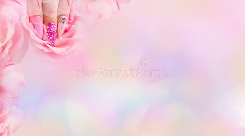 Красочное искусство ногтя Маникюр Wi маникюра стиля праздника яркие стоковая фотография rf