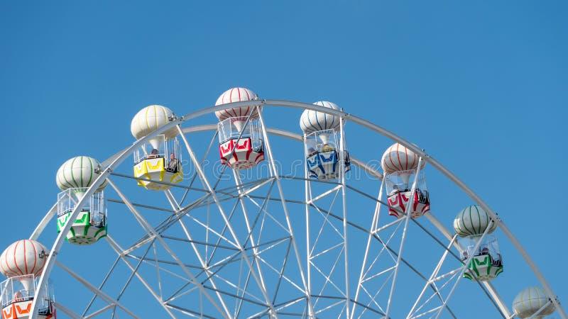 Красочное колесо Ferris и голубое небо в парке Viasea Tema, Tuzla, Стамбуле, Турции стоковая фотография rf