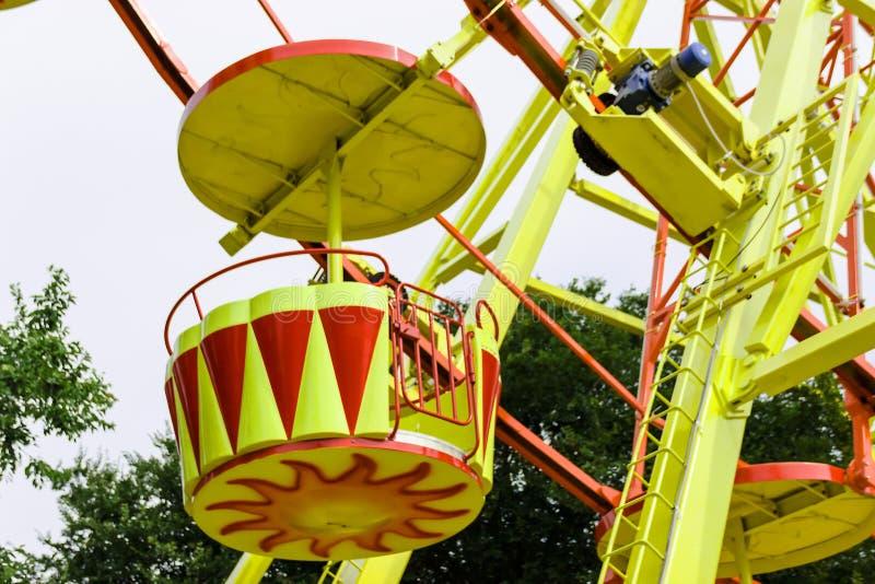 Красочное колесо Ferris с голубым небом стоковые изображения rf