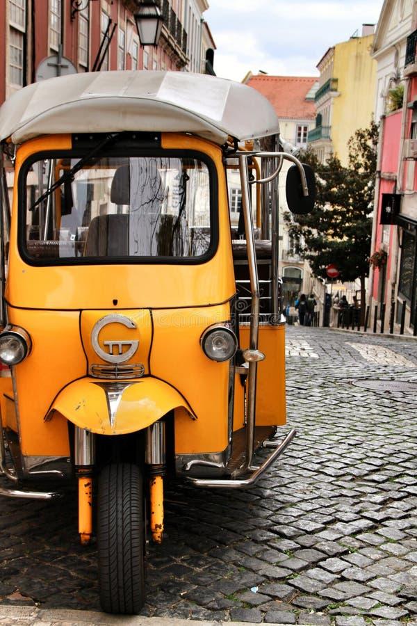 Красочное мото-такси припарковало в улице Лиссабона стоковое фото rf