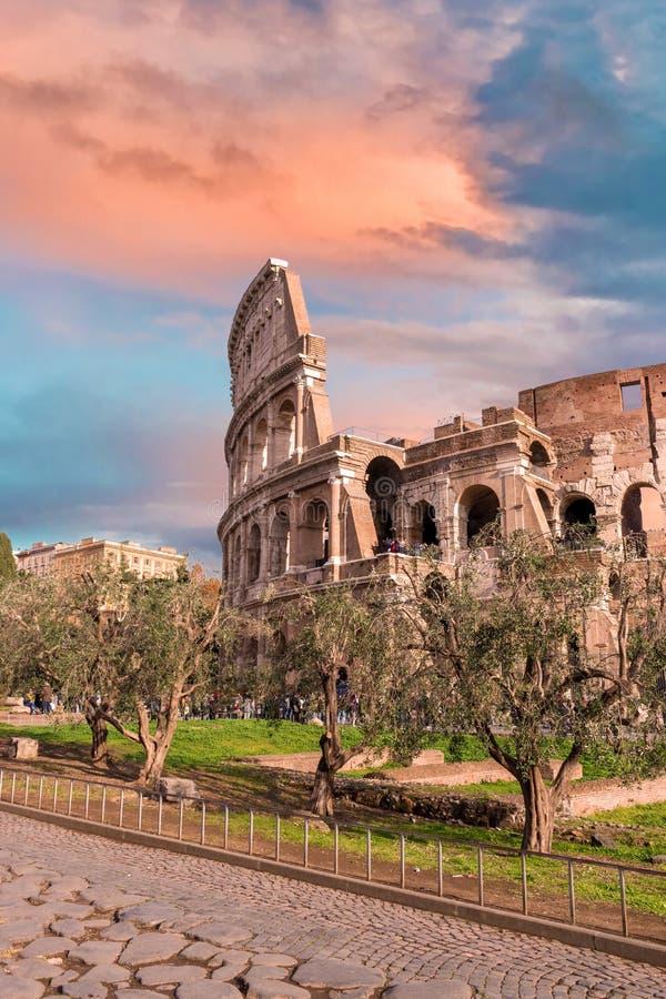 Красочное небо захода солнца над Колизеем в Риме стоковое фото