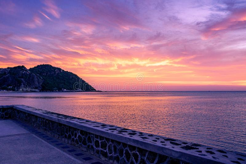 Красочное небо захода солнца над океаном с драматическими облаками стоковое фото rf