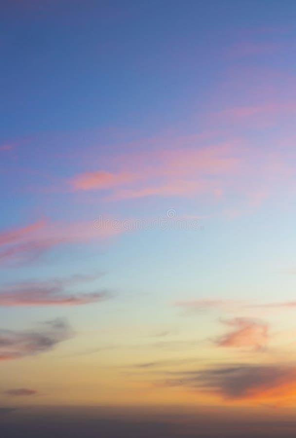 Красочное небо захода солнца с красивыми облаками стоковое изображение