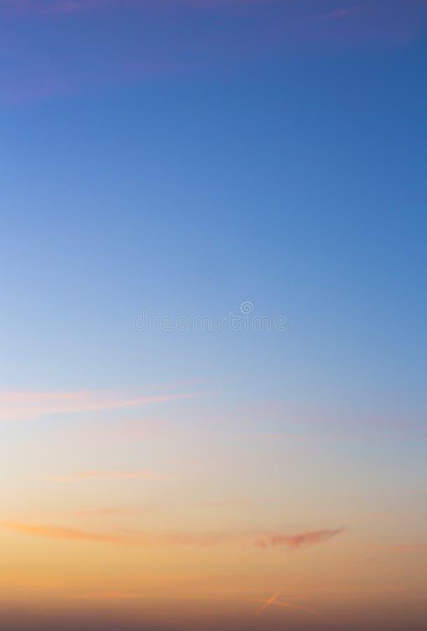 Красочное небо захода солнца с красивыми облаками стоковое фото