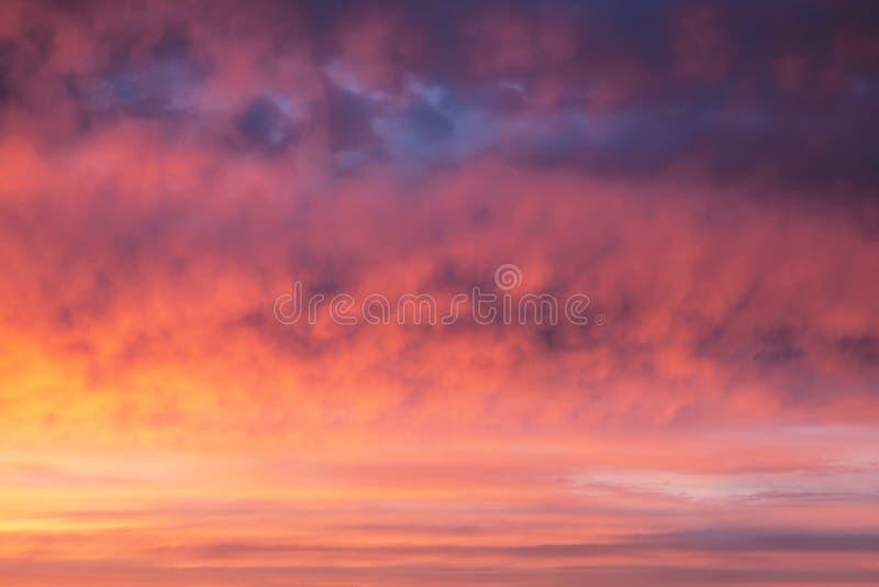Красочное оранжевое небо шарлаха драматический заход солнца стоковые изображения rf