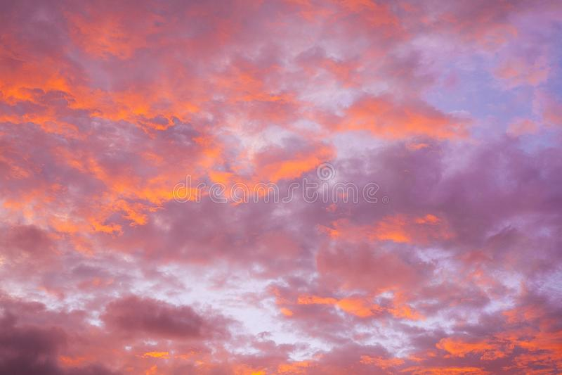 Красочное пасмурное небо захода солнца стоковое фото