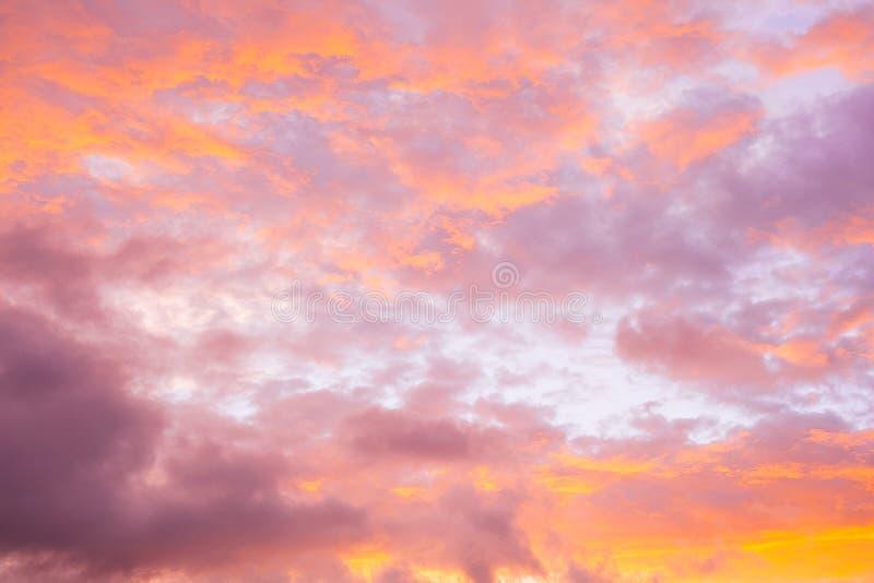 Красочное пасмурное небо захода солнца стоковое изображение