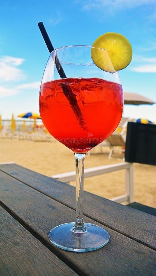 Красочное питье коктеиля на деревянной таблице в баре пляжа, стоковое фото