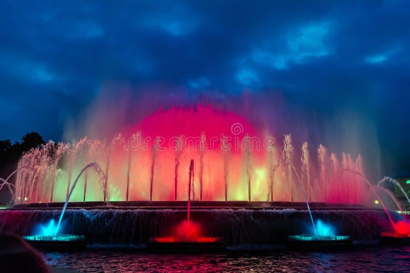 Красочное представление волшебного фонтана Montjuic в Барселоне стоковая фотография
