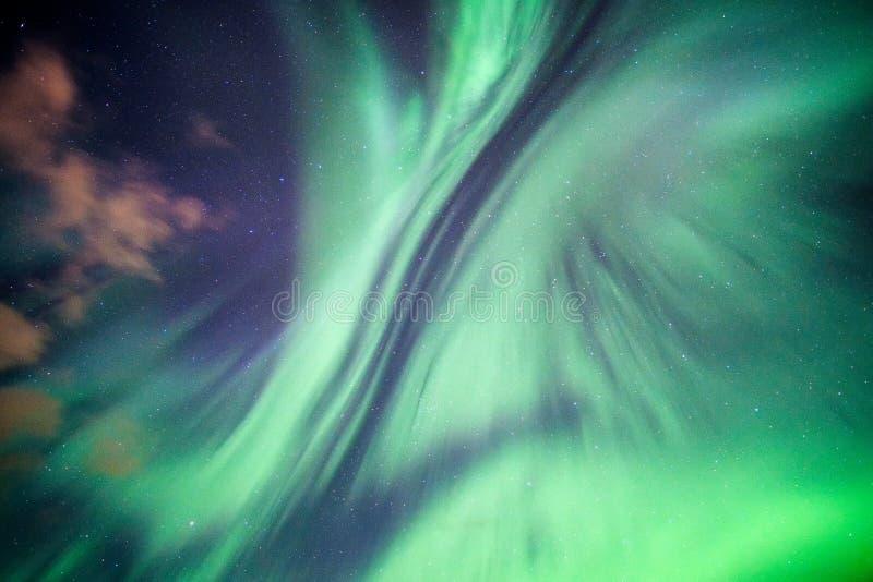 Красочное северное сияние, северное сияние на ночном небе стоковое фото rf