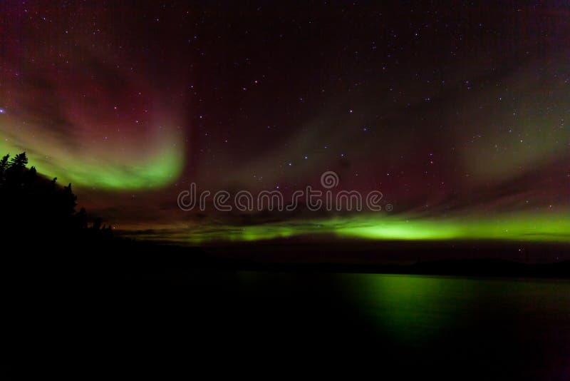 Красочное северное сияние над озером Laberge Юконом Канадой стоковые изображения rf