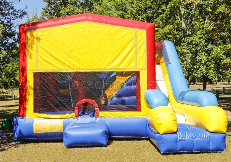 Красочное скольжение воздуха партии в парке стоковое изображение
