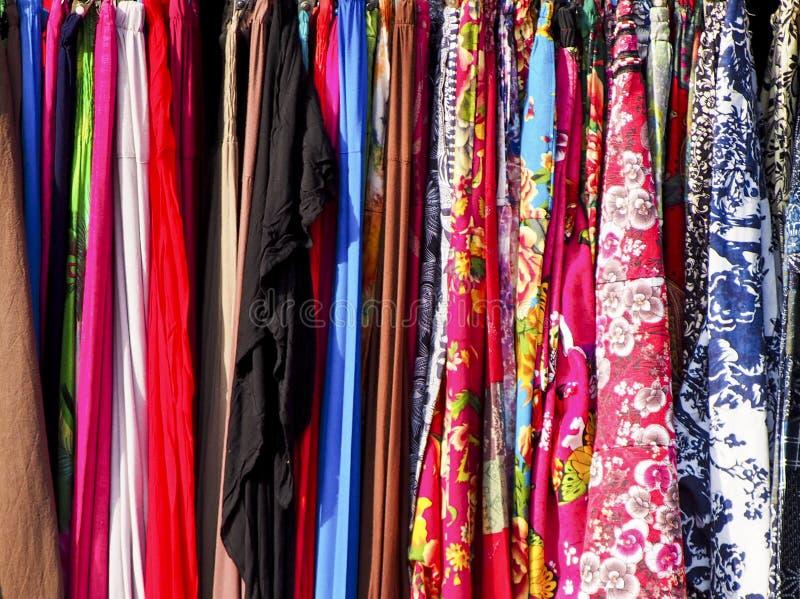 Красочное собрание плотно упакованной одежды на шкафе стоковые фото