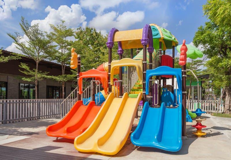 Красочное современное оборудование спортивной площадки детей стоковое фото rf