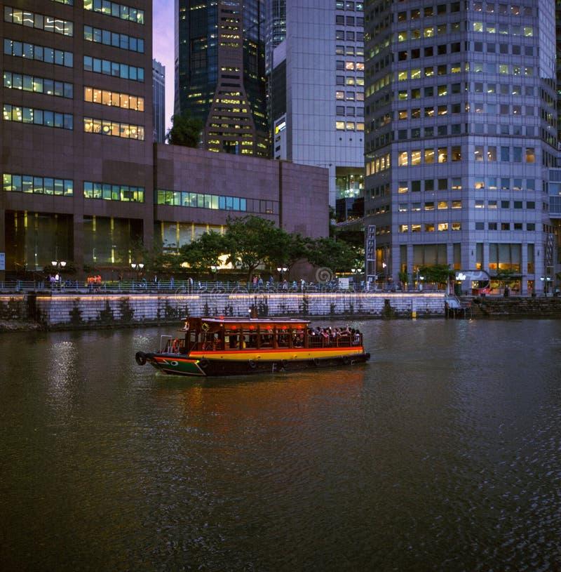 Красочное такси воды с туристом на реке Сингапура на заходе солнца принятом с сетноой-аналогов фотографией фильма стоковое фото