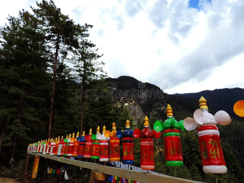 Красочное украшение бутылок на пути к Paro Taktsang Бутана стоковое изображение
