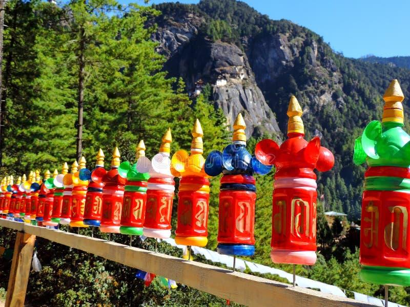 Красочное украшение бутылок на пути к Paro Taktsang Бутана стоковые изображения
