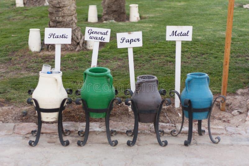 Красочное фото мусорных корзин стоковая фотография rf
