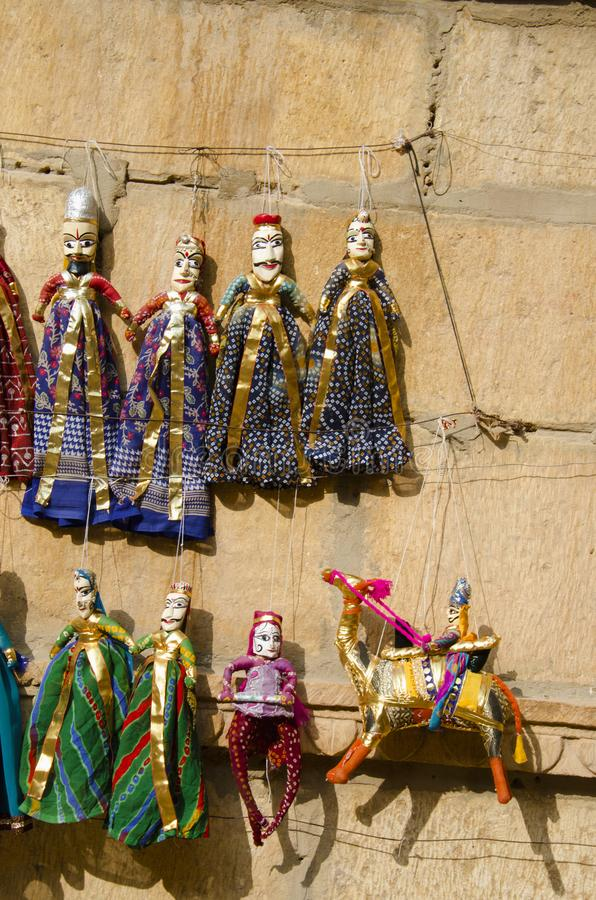 Красочное Kathputli или марионетки показанные на стене, около Patwon Ki Haveli, Jaisalmer, Раджастхана, Индии стоковые изображения