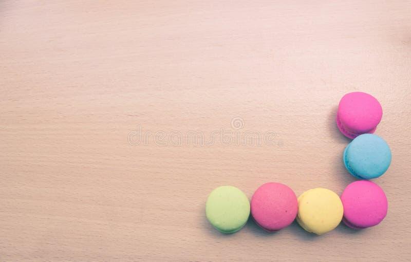 Красочное macaron на деревянной таблице стоковое изображение rf