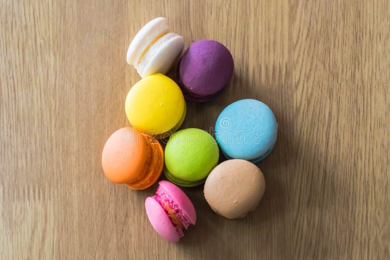 Красочное macaron на деревянной таблице стоковая фотография