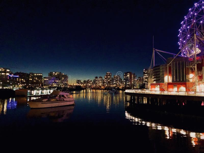 Красочное Nightscape на мире науки стоковые фото