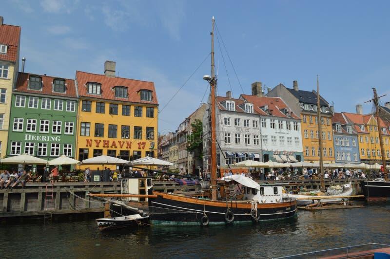 Красочное Nyhavn и деревянные шлюпки стоковая фотография
