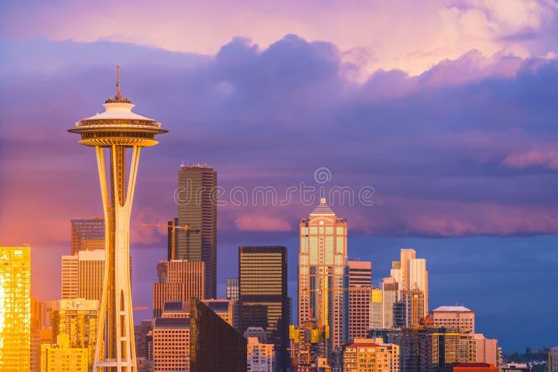 Красочное scape с пасмурным на заходе солнца, Сиэтл города Сиэтл, Washin стоковое изображение