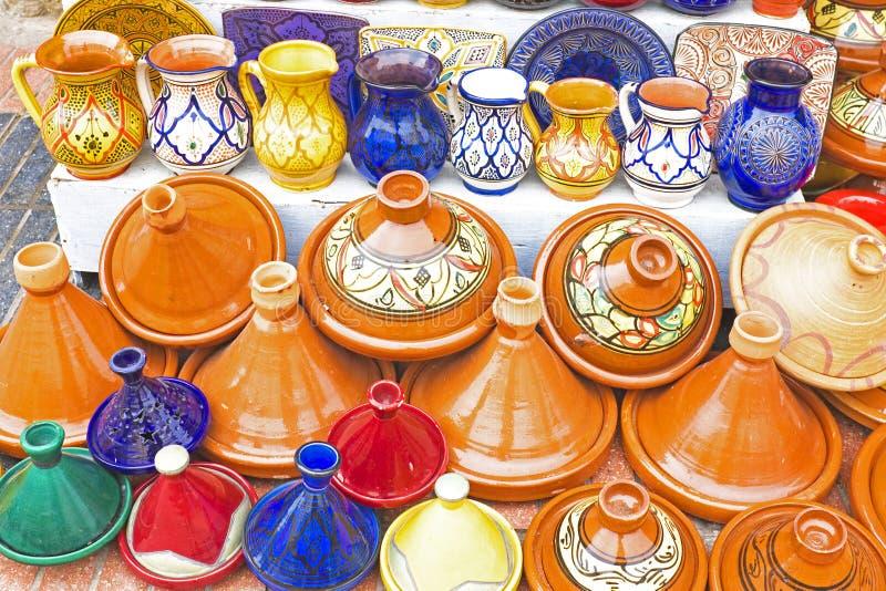Красочное Tajines для продажи в стойле рынка стоковое изображение