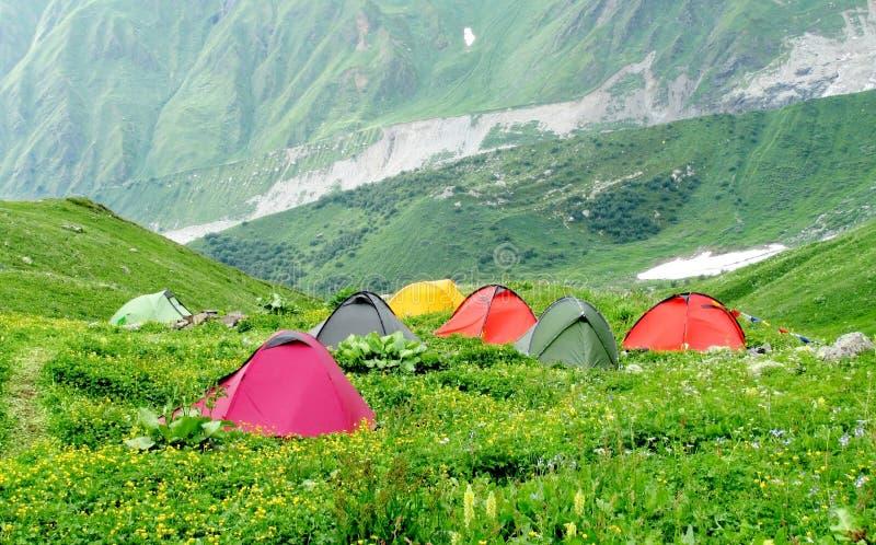 Красочное tentst stanging в зеленый располагаться лагерем горы стоковые фото
