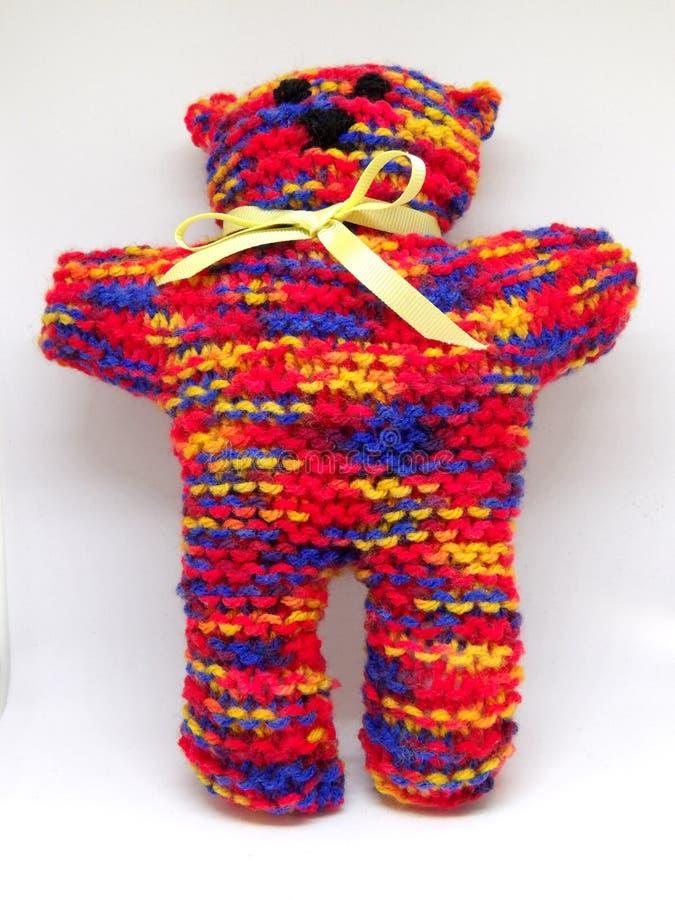 Красочной плюшевый медвежонок связанный радугой с шарфом ленты стоковое изображение