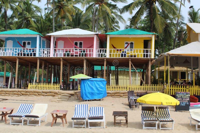 Красочные бамбуковые дома смотря на море с пальмами на заднем плане стоковое изображение