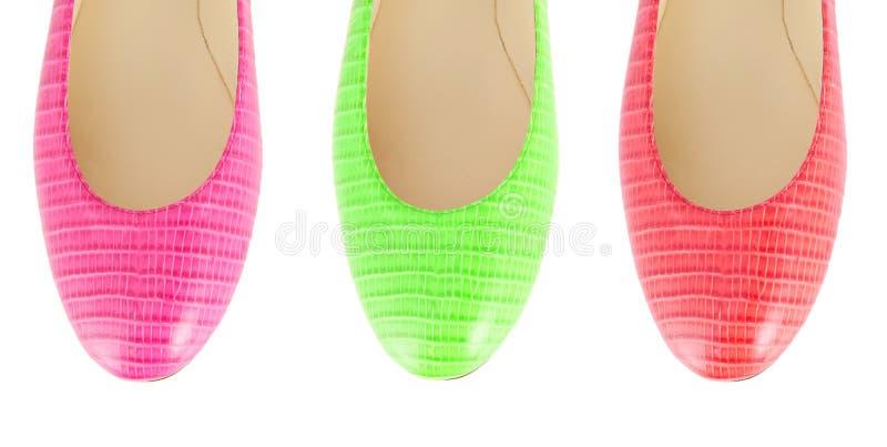 Красочные ботинки женщины изолированные на белизне стоковое изображение