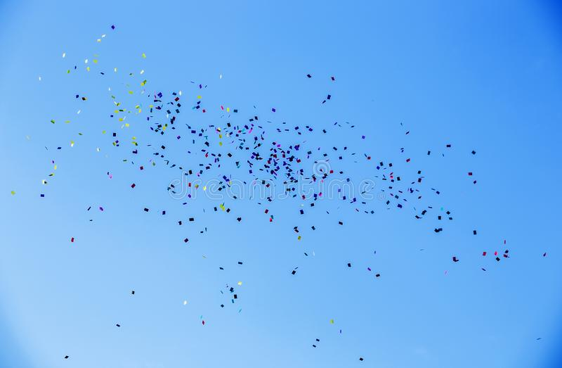 Красочные бумаги летая небо aginst голубое стоковое изображение