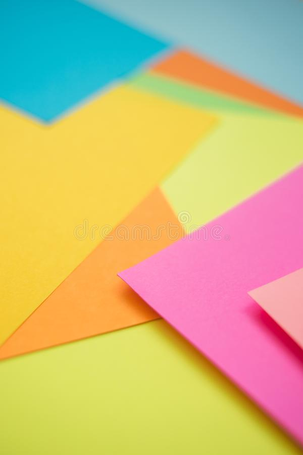 Красочные бумажные листы как предпосылка, взгляд со стороны стоковые изображения