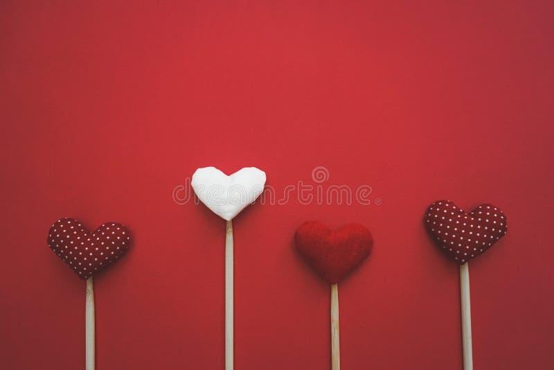 Красочные бумажные сердца на линии как подарок на день ` s валентинки стоковое изображение