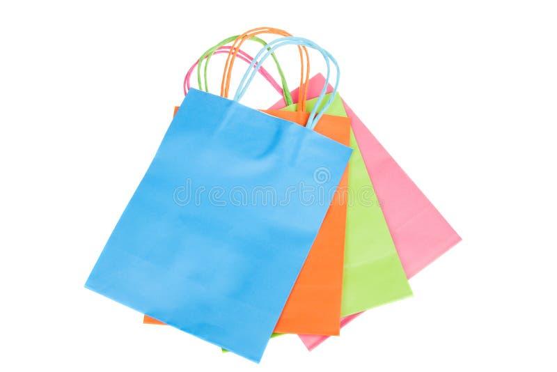 Красочные бумажные хозяйственные сумки изолированные на белизне стоковое фото