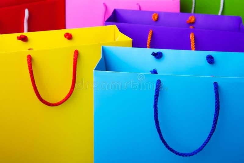 Красочные бумажные хозяйственные сумки с космосом экземпляра стоковое изображение rf